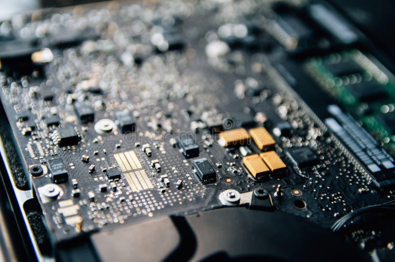 Elektronisk kontrollbord, reparationsb?rbar datorPC, datormoderkort Installerar utrustningCPUen royaltyfria bilder