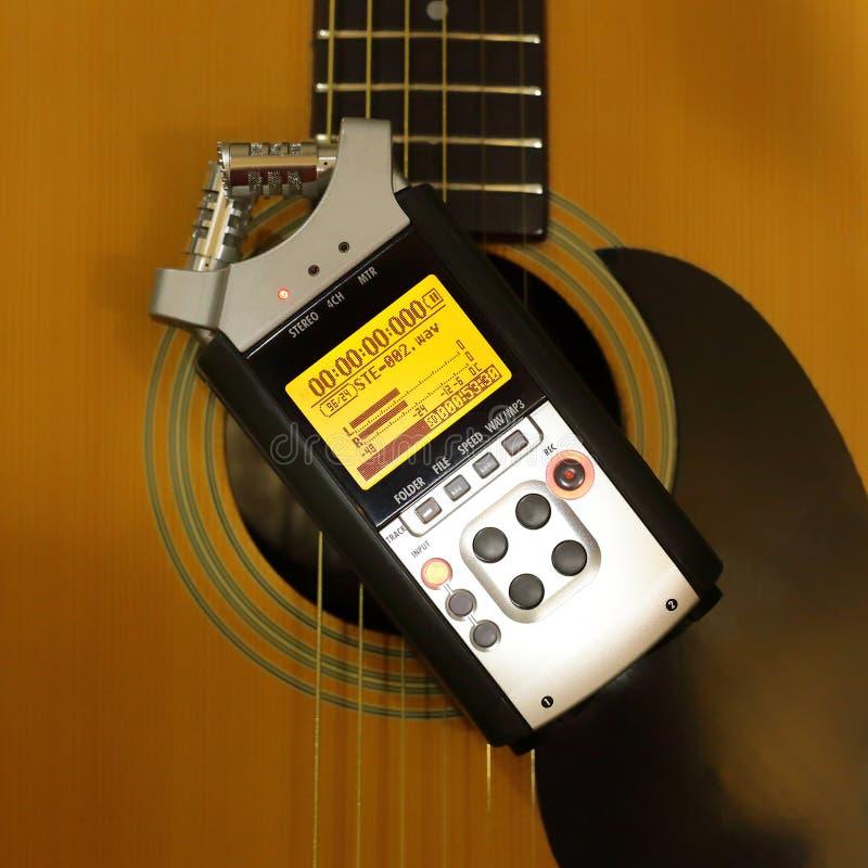 Elektronisk ljudsignal apparat - för registreringsapparatgitarr för bästa sikt bärbar digital bakgrund fotografering för bildbyråer