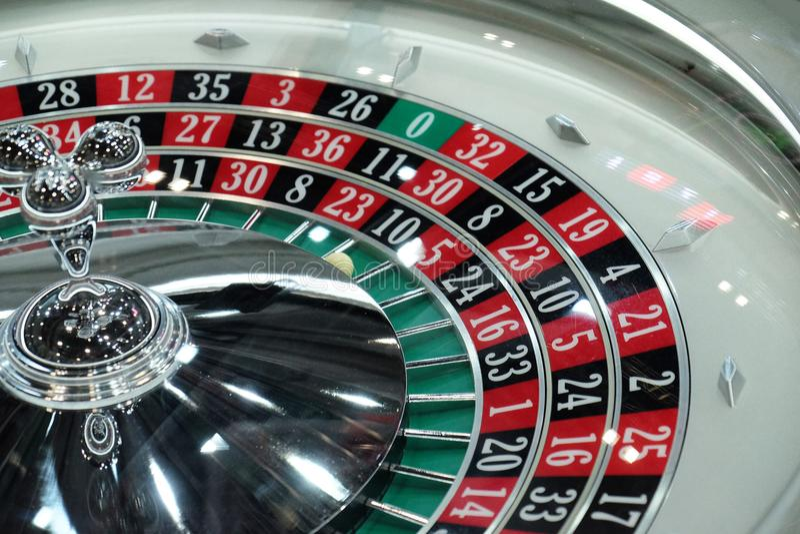 Elektronisk närbild för hjul för roulett för kasinosnurrtrippel arkivfoton