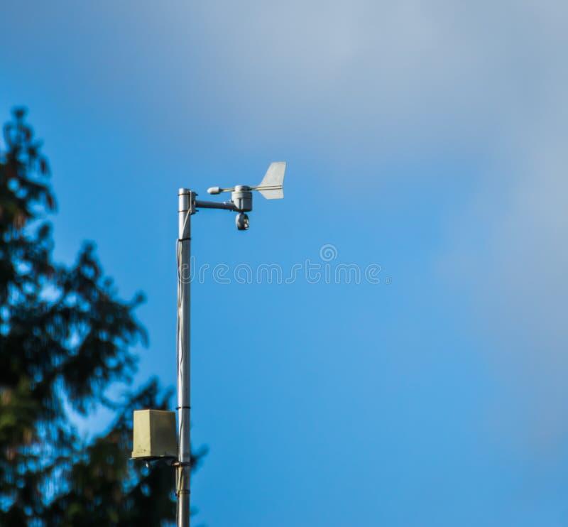 Elektronisk pekare för vindriktning, modern väderteknologi arkivfoto