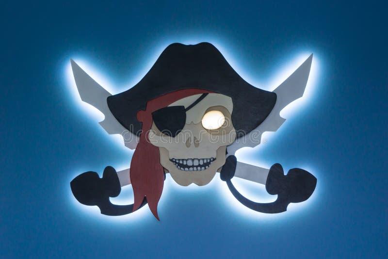 Elektronisk piratkopiering Stölden av immateriella rättigheten Jolly Roger i en modern stil Ställe för din text arkivbild