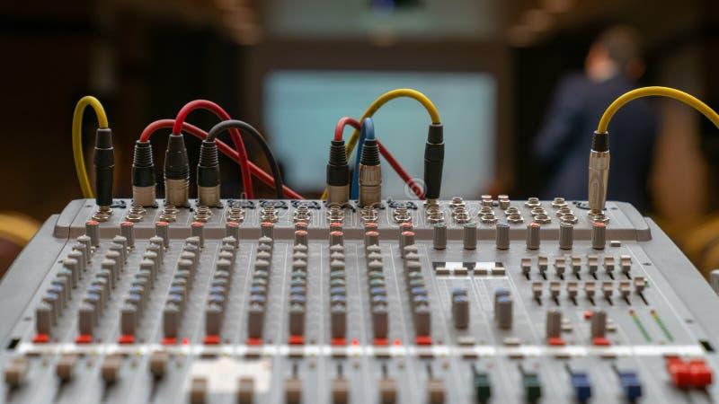 Elektronisk solid utrustning, studioblandare, grunt djup av fältet, selektiv fokus på proppar arkivbilder