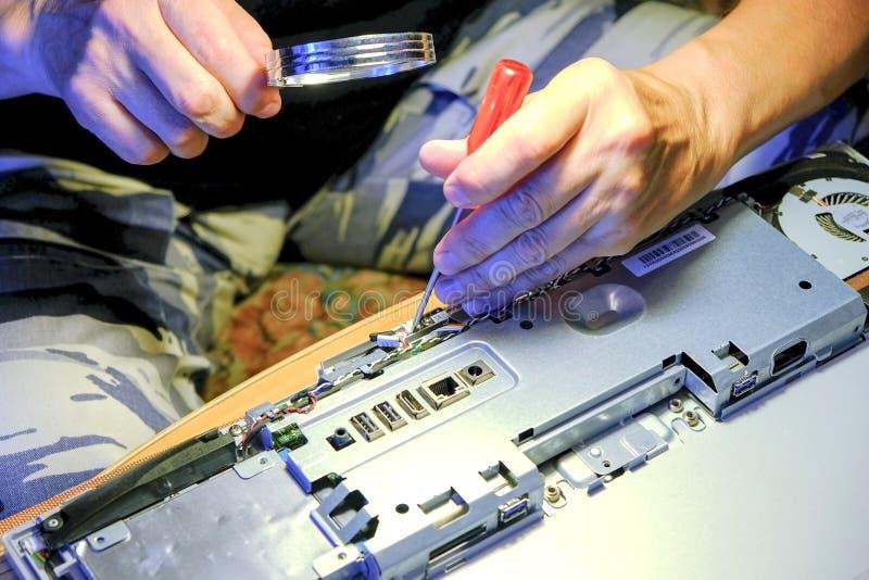 Elektronisk tekniker av datateknik F?rb?ttring f?r maskinvara f?r underh?llsdatorCPU av moderkortdelen PCreparation, royaltyfri foto