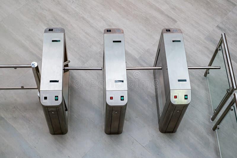 Elektronisk tillträdesutrustning på ingångsporten royaltyfri fotografi