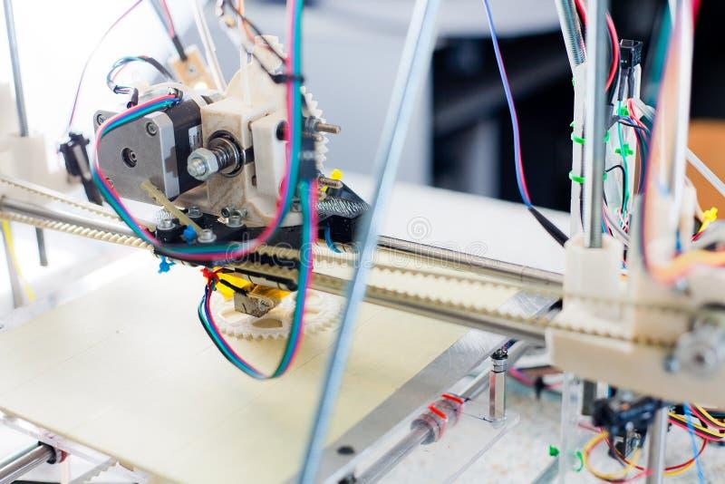 Elektronisk tredimensionell plast- skrivare under arbete i scho arkivfoton