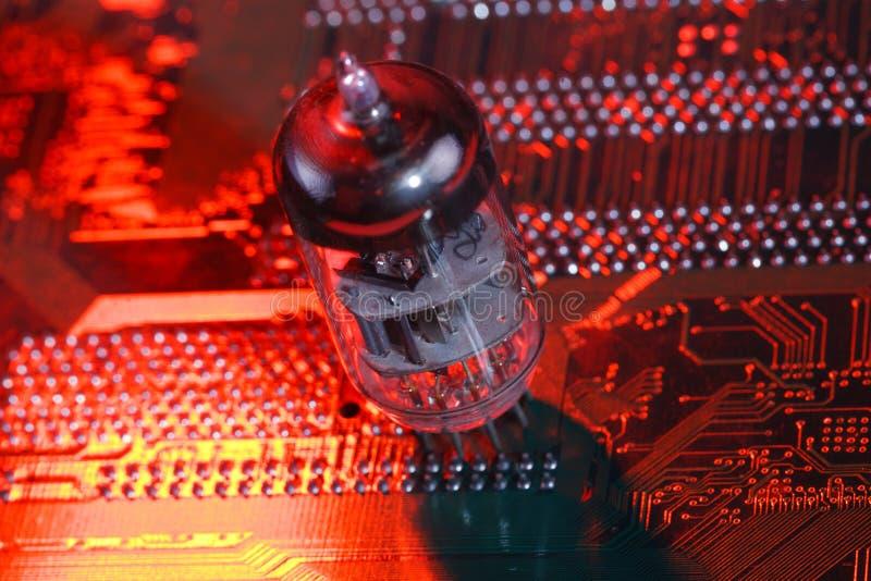 Elektronisk vakuumrör på strömkretsbräde royaltyfri fotografi