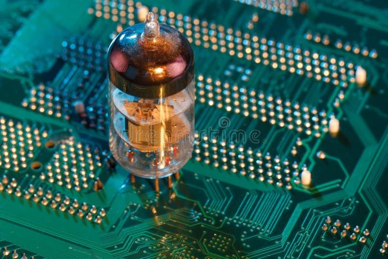 Elektronisk vakuumrör på strömkretsbräde royaltyfria foton