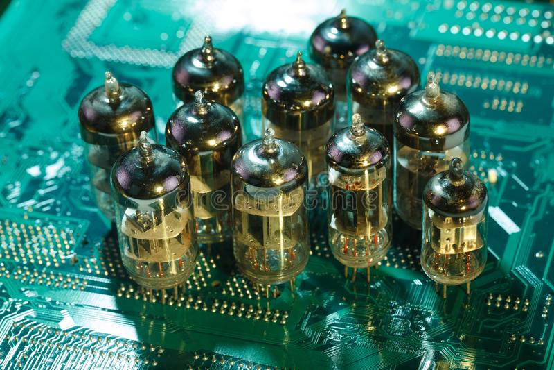 Elektronisk vakuumrör på strömkretsbräde royaltyfri foto