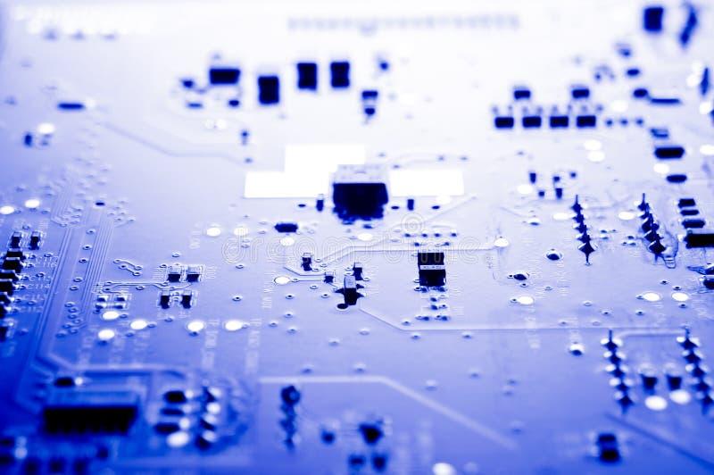 elektroniska br?destr?mkretsdelar Bräde för elektronisk strömkrets i abstrakta blått royaltyfri fotografi