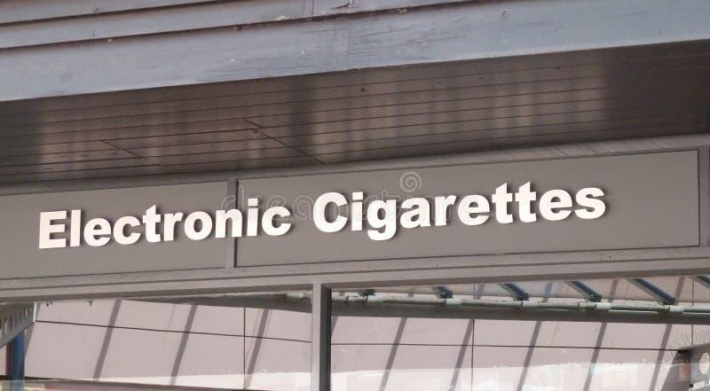 Elektroniska cigaretter shoppar teckenlogo royaltyfri fotografi