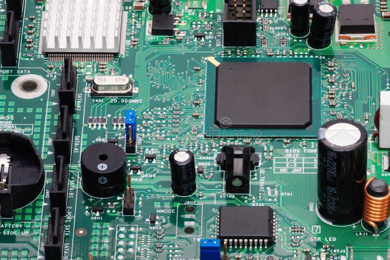 Elektroniska delar monteras på apparatbrädet arkivfoto