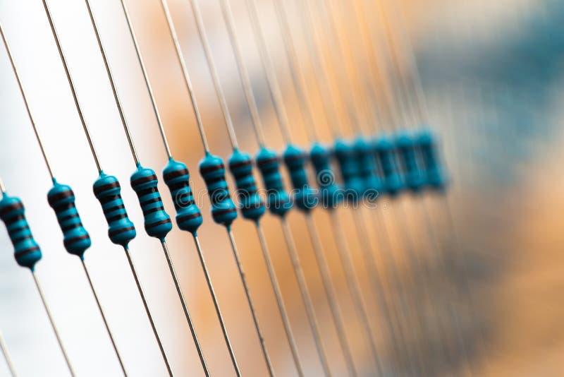 Elektroniska delar: motstånd på pappersbandet - bild fotografering för bildbyråer
