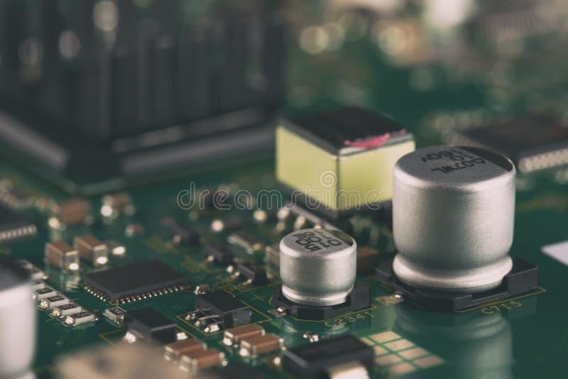 Elektroniska delar på PCBEN arkivbild