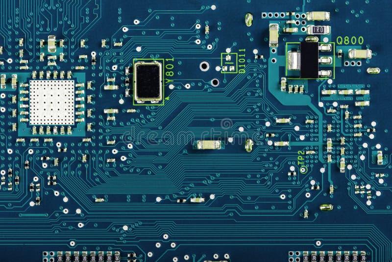 Elektroniska delar på PCBEN arkivbilder