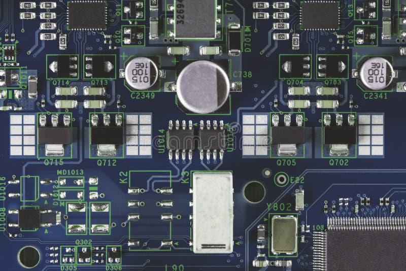 Elektroniska delar på PCBEN arkivfoton