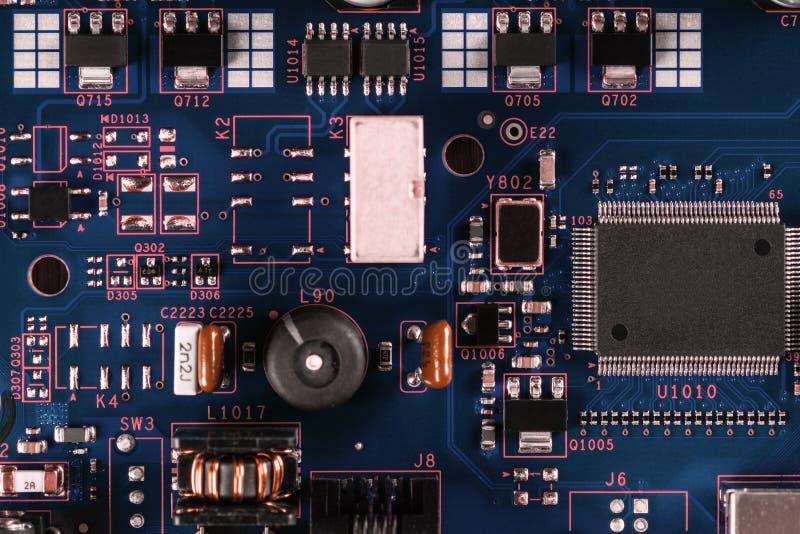 Elektroniska delar på PCBEN royaltyfri bild