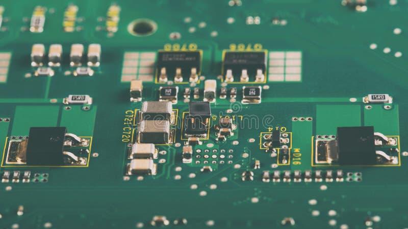 Elektroniska delar på PCBEN arkivfoto