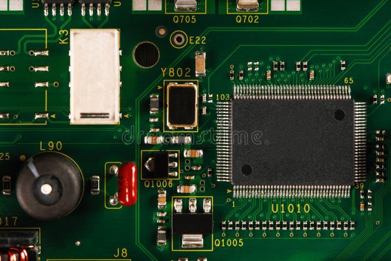 Elektroniska delar på PCBEN royaltyfri foto