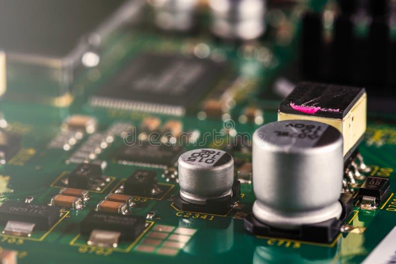 Elektroniska delar p? PCBEN arkivbilder