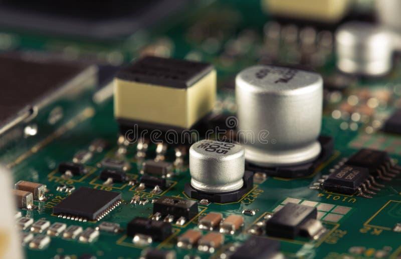 Elektroniska delar p? PCBEN royaltyfri fotografi