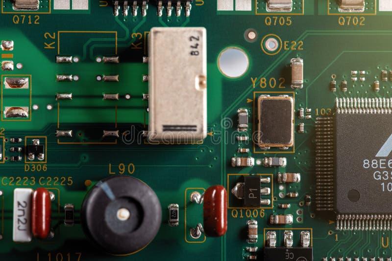 Elektroniska delar p? PCBEN arkivfoto