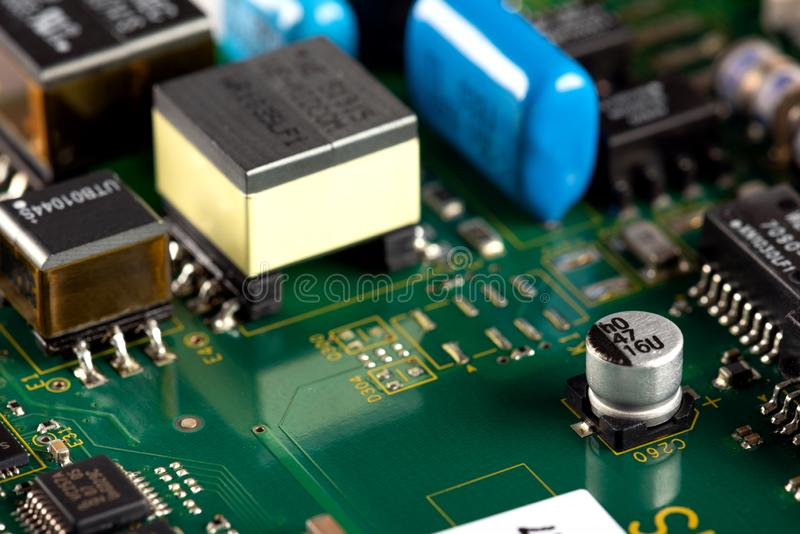 Elektroniska delar p? PCBEN royaltyfria foton