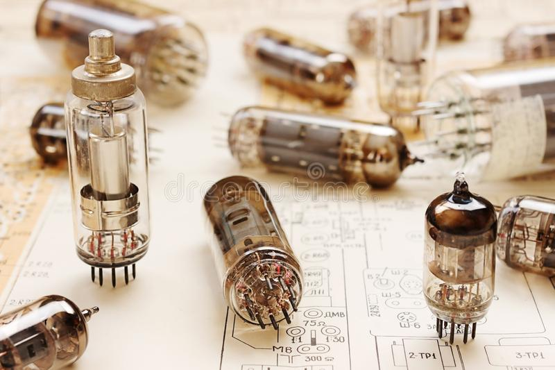 Elektroniska rör på den elektroniska strömkretsen arkivbilder