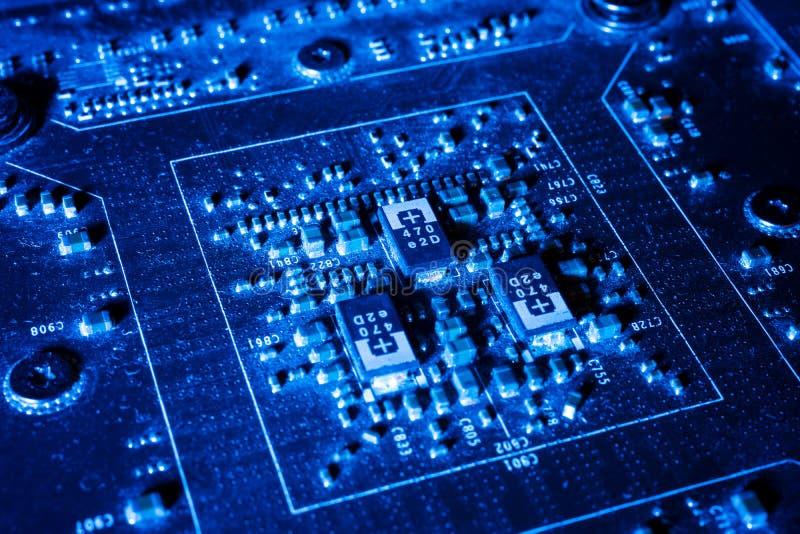 Elektroniska strömkretsar i futuristiskt teknologibegrepp på mainboard royaltyfria bilder