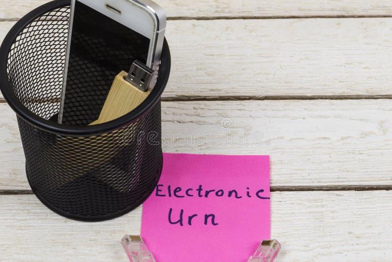 Elektroniska utrustningar i soptunnan, elektroniskt förlorat begrepp royaltyfri bild
