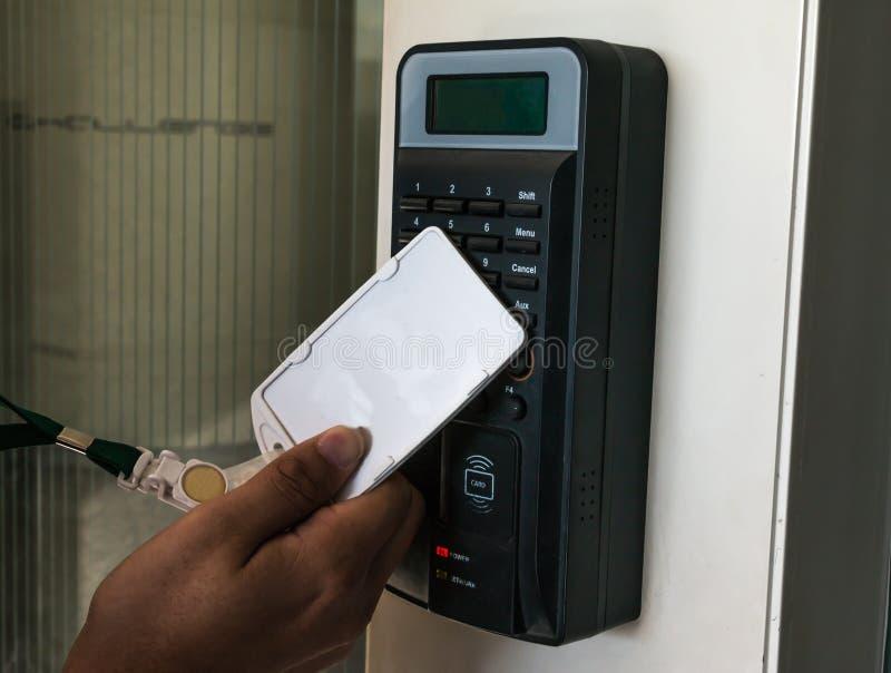 Elektroniskt dörrlås som öppnar vid säkerhetskortet arkivfoton
