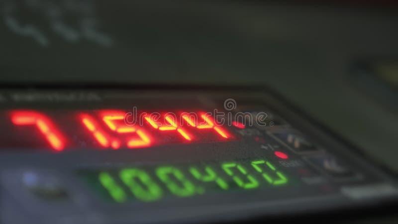 Elektroniskt digitalt rör för visartavlameterräknare Tillverkning av den plast- fabriken för vattenrör Process av danandeplast-rö royaltyfria bilder