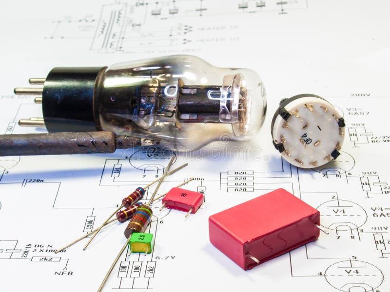Elektroniskt schematiskt rör ampere arkivfoto