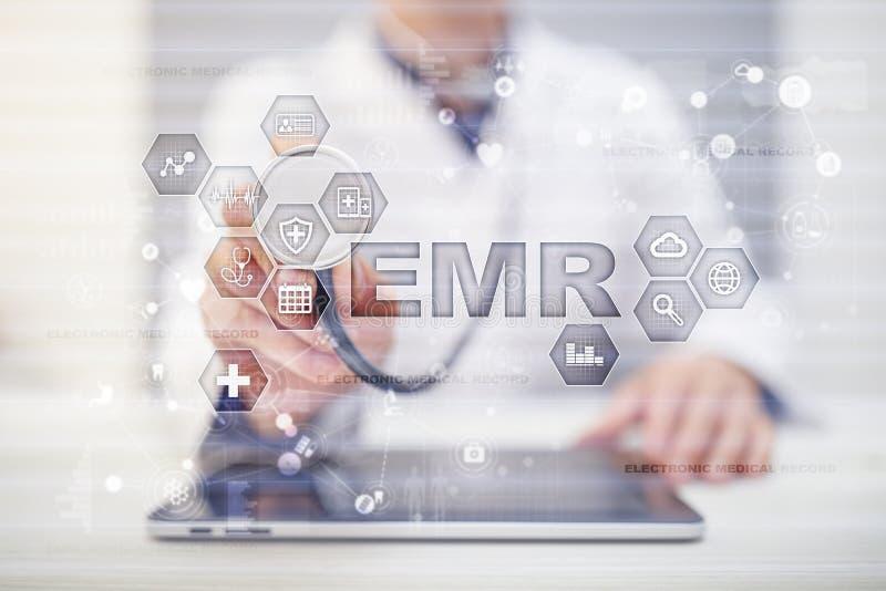 Elektroniskt vård- rekord HENNE EMR Medicin- och sjukvårdbegrepp Medicinsk doktor som arbetar med modern PC royaltyfri foto