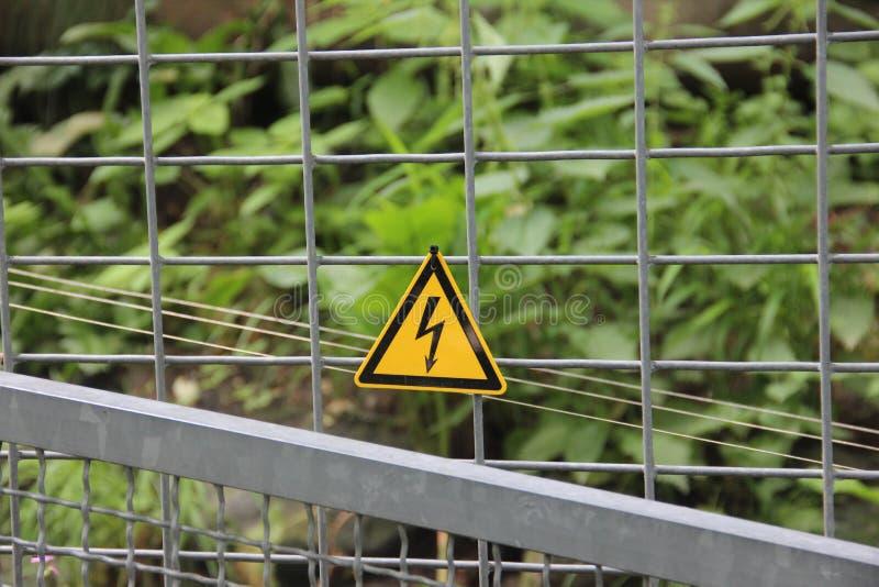 Elektroomheiningswaarschuwingsbord stock foto
