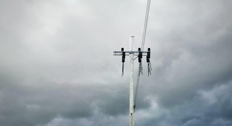Elektropool en Kabels tegen Donkere Bewolkte Stormachtige Hemel royalty-vrije stock foto's