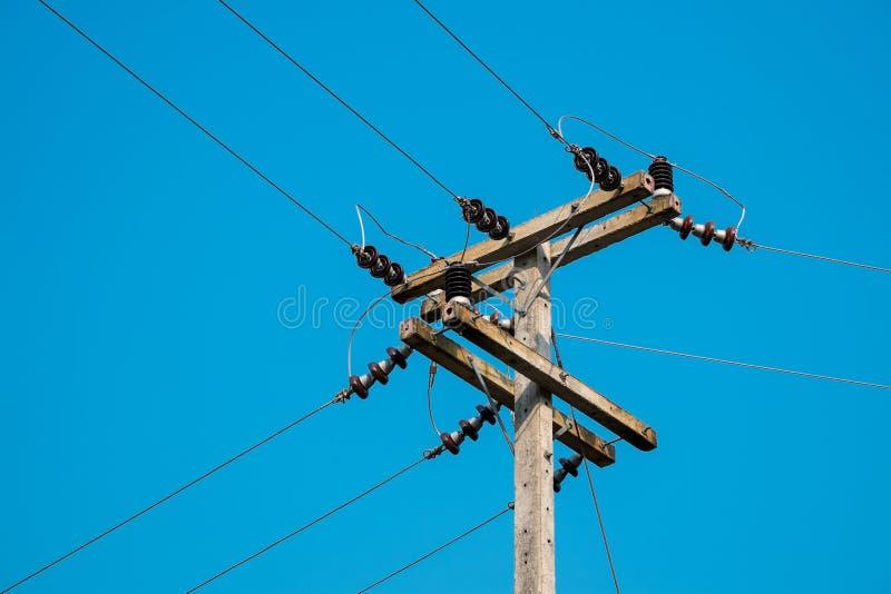 Elektropost door de lokale weg met de kabels van de machtslijn royalty-vrije stock afbeeldingen