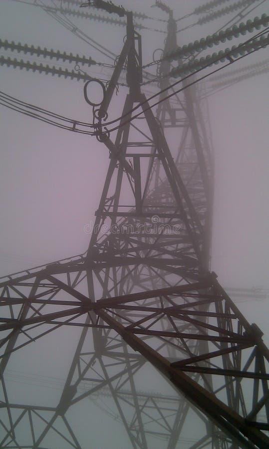 Elektropyloon in de Mist stock fotografie