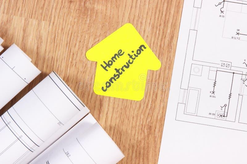 Elektrotekeningen of diagrammen en huisvorm met conctruction van het teksthuis, het concept van het de bouwhuis stock foto