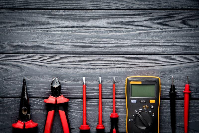 Elektrowerkzeuge auf schwarzem hölzernem Hintergrund stockfotos
