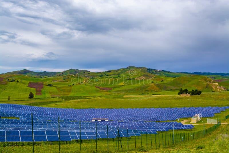 Elektrowni słoneczny energia, dolina z słońce panel w Sicily, Włochy obrazy royalty free