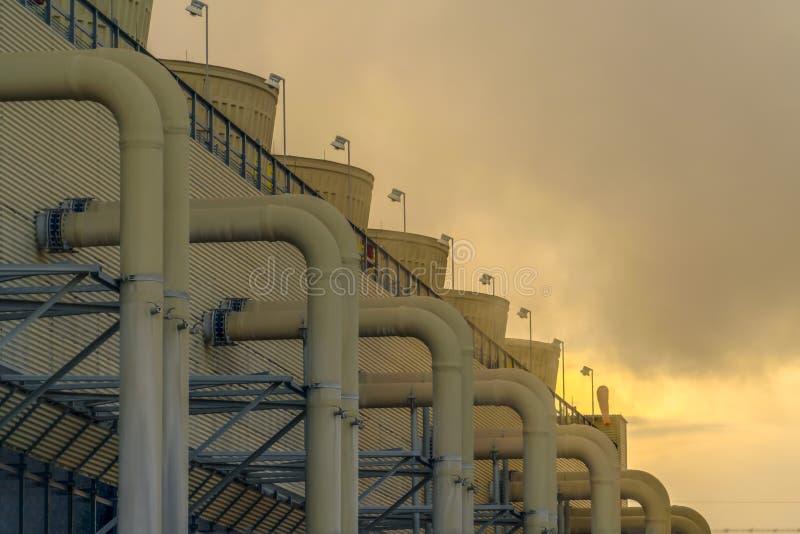 Elektrownia budynek z drymbami i smokestacks obrazy royalty free