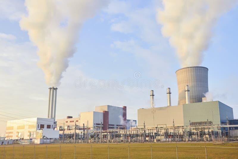 Elektrownia i drymby z dymem zdjęcie stock