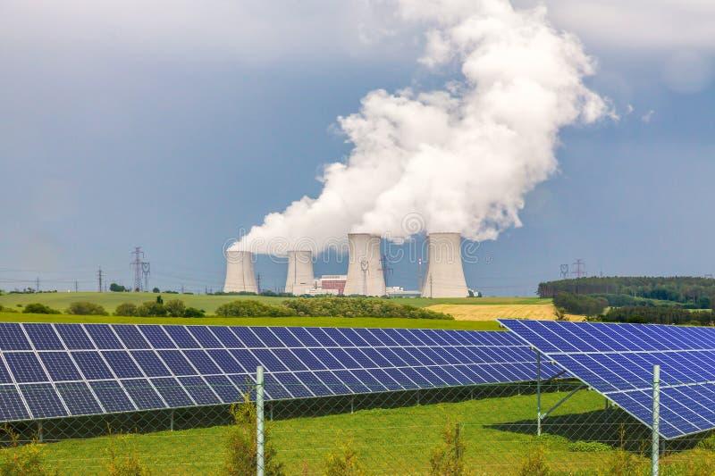 Elektrownia jądrowa z panel słoneczny w republika czech Europa zdjęcia royalty free