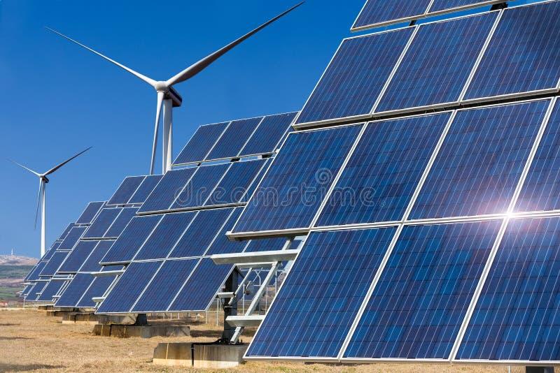 Elektrownia używać odnawialną energię słoneczną z słońca i wiatru turbi obraz stock