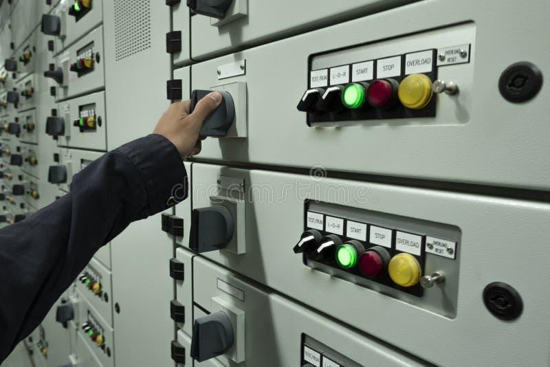 Elektrycy sprawdzaj? elektrycznych pulpit operatora w przemys?owych ro?linach fotografia royalty free