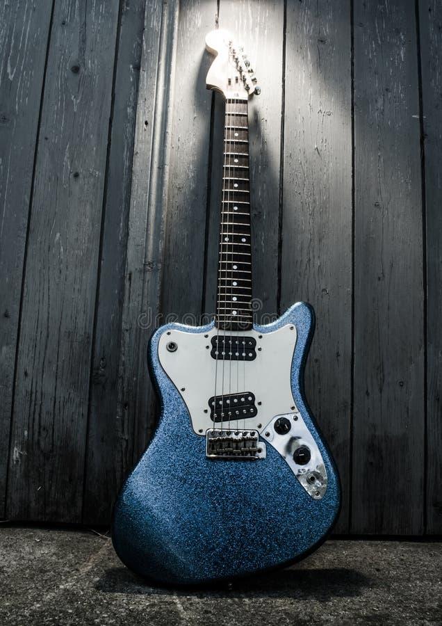 Elektryczna błękitna gitara obraz royalty free