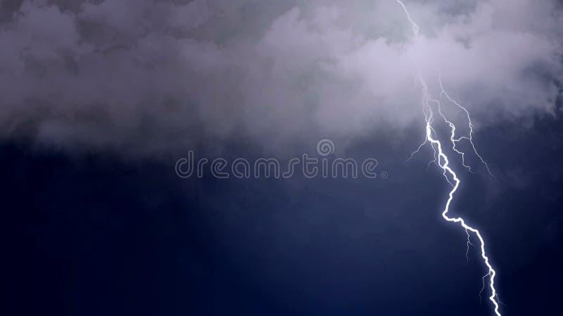 Elektryczna burza tworzy nieprawdopodobnego ogienia czmycha w ciemnym niebie, meteorologia fotografia stock