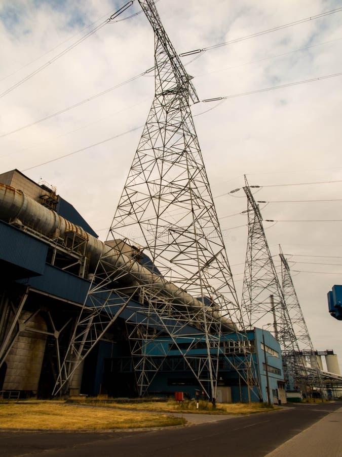 Elektryczna elektrownia z wysokimi woltażu przekazu liniami zdjęcie royalty free