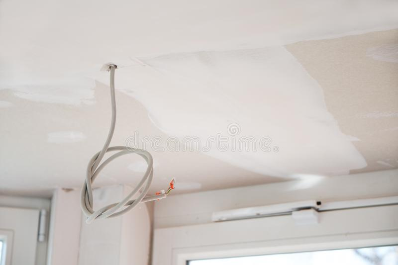 Elektryczna instalacja w suchym budowa suficie w nowym odnawiącym domu, kopii przestrzeń zdjęcie royalty free