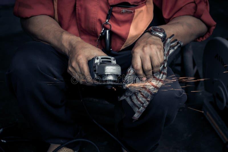 Elektryczna narzędziowa koło szlifierska maszyna z iskrami obraz royalty free